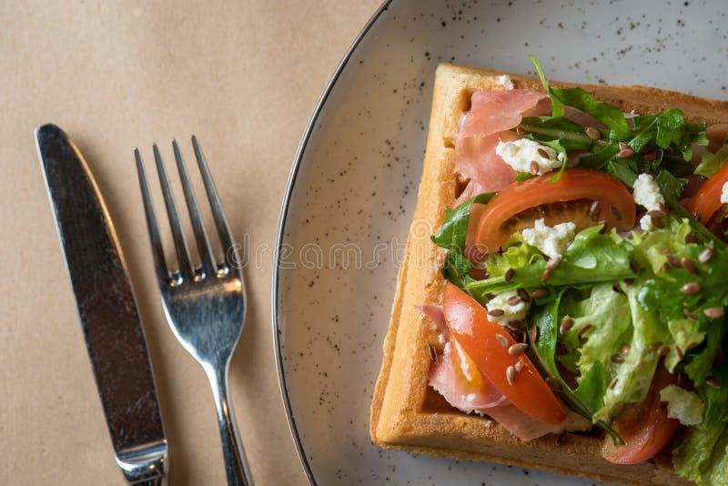 Belgische wafels met saladeijsberg, zalm, tomaat en greens op witte plaat Heerlijke lunch, juist voeding en dieet royalty-vrije stock foto's