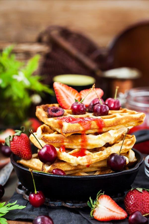 Belgische Waffeln mit neuen Beeren und Stau zum Frühstück stockfotos