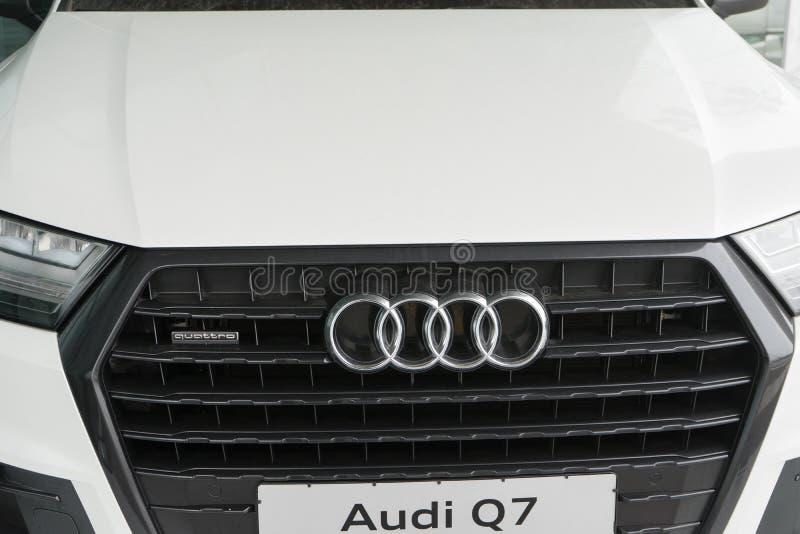 Belgorod, Rússia - 13 de dezembro de 2017: a grade de radiador de Audi Q7 Foto do close-up da grade da empresa automóvel Audi imagens de stock royalty free