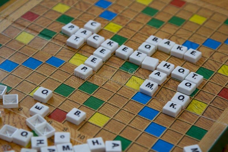 Belgorod , Rusland - APR, 20, 2020: Scrabble op de vloer De Chips van de raad spelen in een kruiswoord stock foto