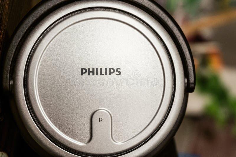 Belgorod, Rusland - Februari 27, 2019: Philips-inschrijving op zilveren grijze oppervlakte van merkelektronika Kom ware grootte royalty-vrije stock afbeeldingen