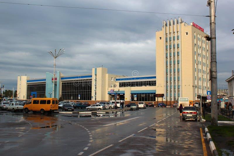 Belgorod Ryssland - byggnad av den huvudsakliga järnvägsstationen arkivfoto