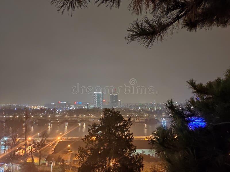 Belgrad Serbiens cityscape på natten över floden Sava arkivbilder