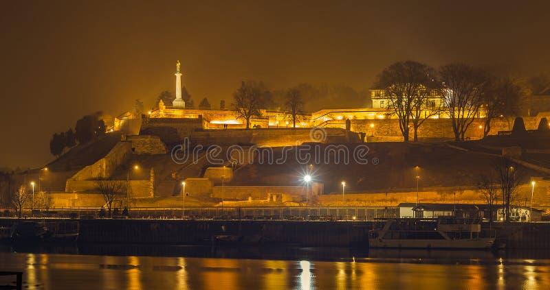 Belgrade fästning vid natt arkivfoto