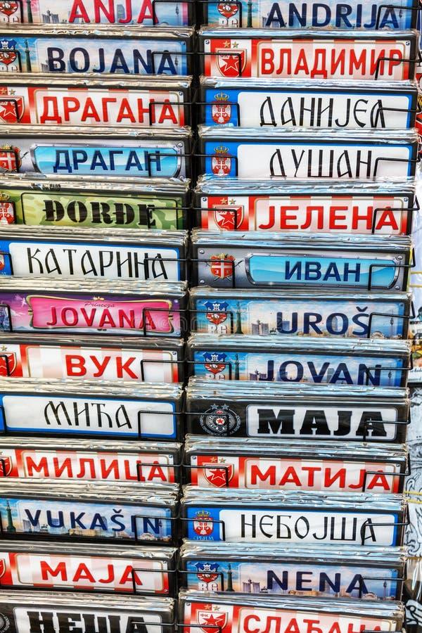 Belgrade, Serbia - 19 Lipiec, 2016: Fridge magnesu pamiątki reprezentuje Serbską krajową kulturę i kostiumy zdjęcie stock