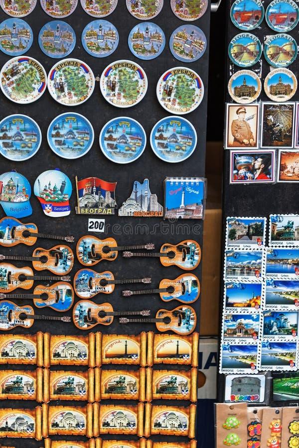 Belgrade, Serbia - 19 Lipiec, 2016: Fridge magnesu pamiątki reprezentuje Serbską krajową kulturę i kostiumy fotografia royalty free