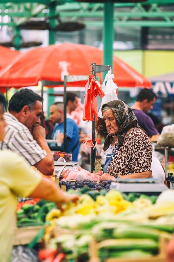 Belgrade, Serbia - 19 Lipiec, 2016: Różni ludzie przy rolnicy wprowadzać na rynek Zeleni Venac w Belgrade, Serbia obraz stock