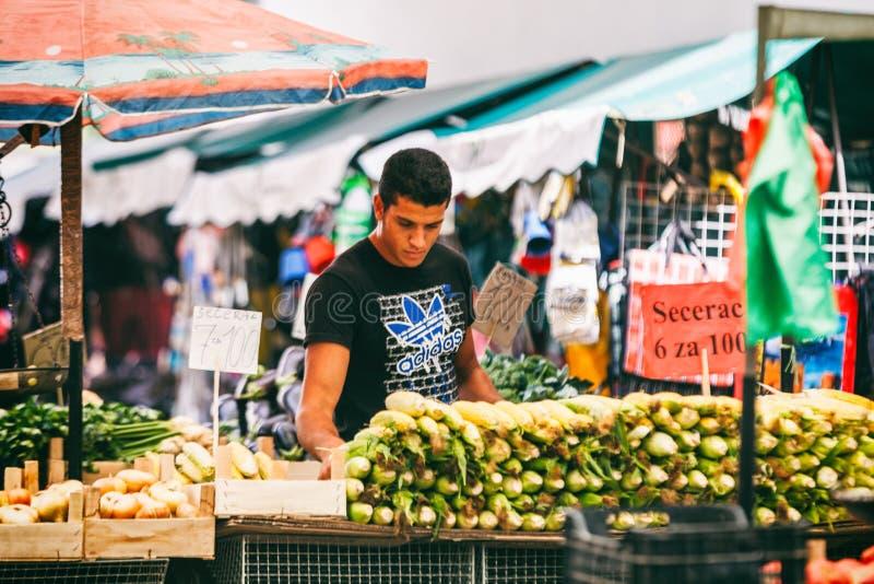 Belgrade, Serbia - 19 Lipiec, 2016: Różni ludzie przy rolnicy wprowadzać na rynek Zeleni Venac w Belgrade, Serbia obrazy stock