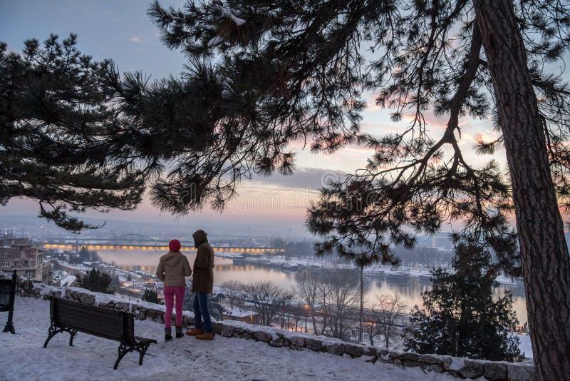 BELGRADE, SERBIE - 1ER JANVIER 2015 : homme et femme regardant le panorama de Belgrade le crépuscule de la forteresse de Kalemegd photographie stock libre de droits