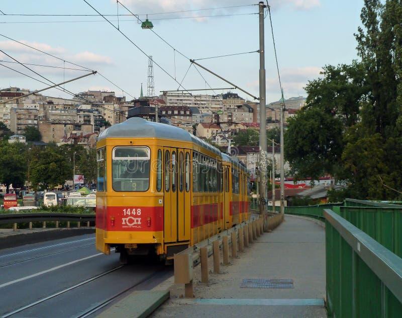 Belgrade, Serbie, le 5 mai 2014 : Tram passant du pont image libre de droits