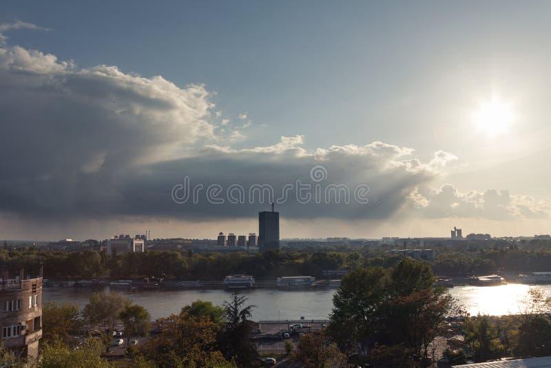 BELGRADE SERBIEN - APRIL 23, 2017: Nya Belgrade Novi Beograd på solnedgången, med det främsta Usce tornet, sett från Kalemegdan p royaltyfria foton