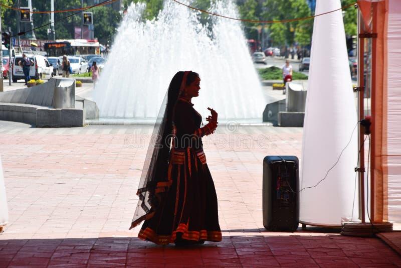 Belgrade/Serbien - 05 04 2019: indisk flickadansare av den indiska klassiska dansen arkivfoto