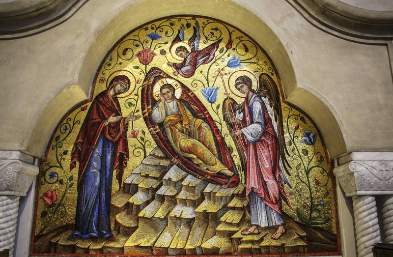 BELGRADE SERBIEN - JUNI 16, 2019: Inre siktskyrka av St Mark Kyrkan dekoreras med unika mosaiker som göras av Venetian royaltyfri fotografi