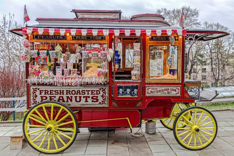 BELGRADE SERBIEN - MARS 18, 2017: Rolig vagn med massor av färgrika lollies fotografering för bildbyråer