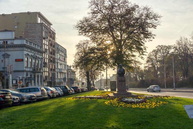 BELGRADE SERBIEN - NOVEMBER 10, 2018: Typisk byggnad och gata i mitten av staden av Belgrade, Serbien royaltyfri bild