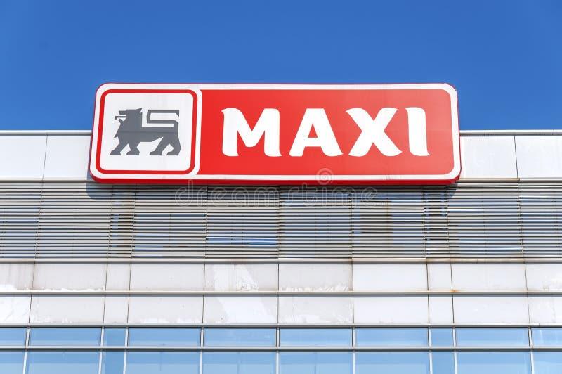BELGRADE SERBIEN - OKTOBER 15, 2017: Maxi Supermarket logo som tillhör den belgiska gruppen Delhaize royaltyfria bilder