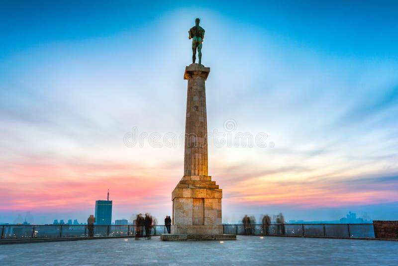 Belgrado bij zonsondergang Pobednikstandbeeld stock foto