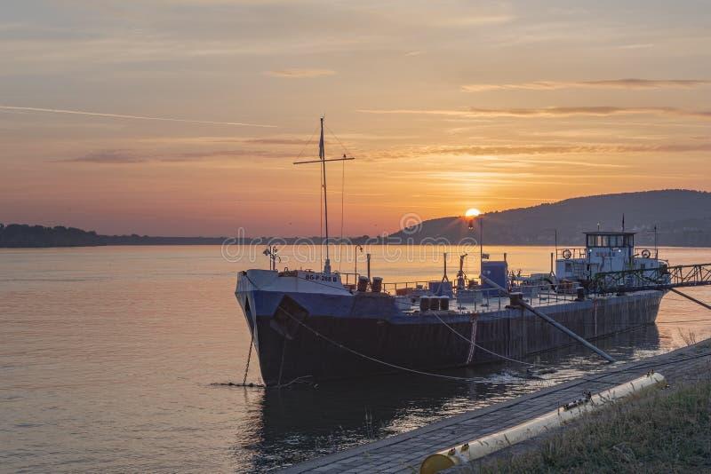 Belgrado, Sérvia - um navio entrado em Ada Huja, Danube River foto de stock royalty free