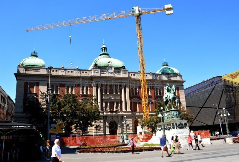 BELGRADO, SERBIA - 15 DE AGOSTO DE 2016: Reconstrucción del Museo Nacional y del monumento de príncipe Mihailo, Belgrado imagen de archivo