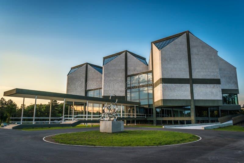 Belgrado, Serbia - 7 19 2018: Museo del arte contemporáneo en la puesta del sol imagen de archivo
