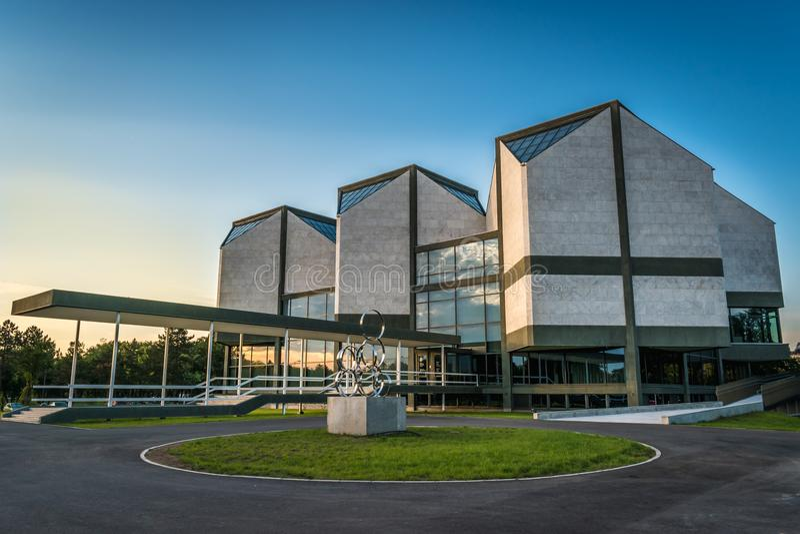 Belgrado, Servië - 7 19 2018: Museum van Eigentijdse Kunst bij Zonsondergang stock afbeelding