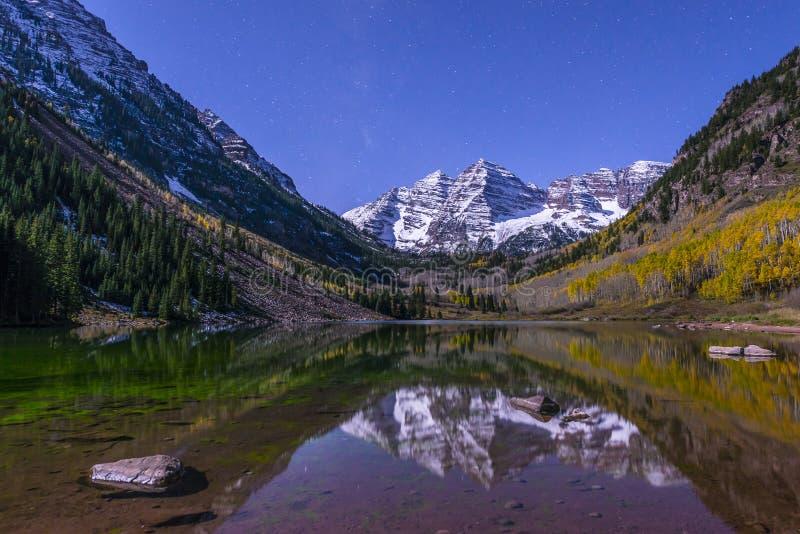 Belhi marrone rossiccio alla notte con la Via Lattea visibile Aspen Colorado immagini stock libere da diritti