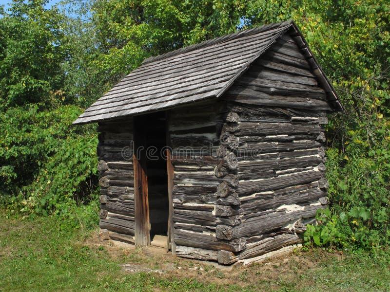 Beli stary nieociosany drewniany outhouse. zdjęcie stock