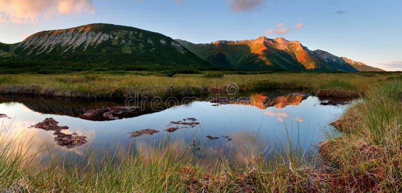 Belianske Tatras con el lago Trojrohe en Eslovaquia imagenes de archivo