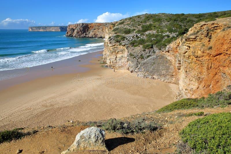 Beliche strand mellan Sagres och Cabo de Sao Vicente St Vincent Cape, med färgrikt landskap och dramatiska klippor, Sagres, Algar arkivbild