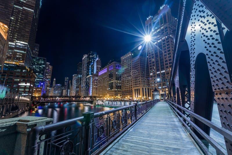 Belichtete Ansicht Chicagos in die Stadt durch den Fluss lizenzfreies stockbild