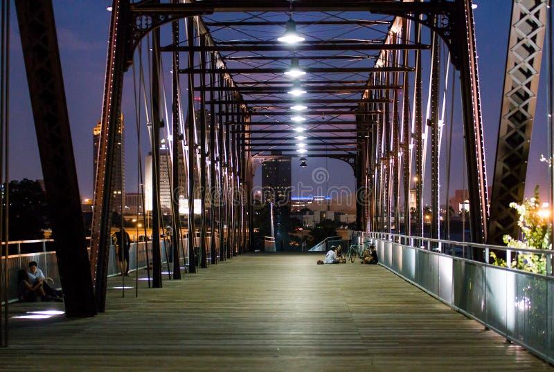 Belichtete Brücke in der Stadt nachts