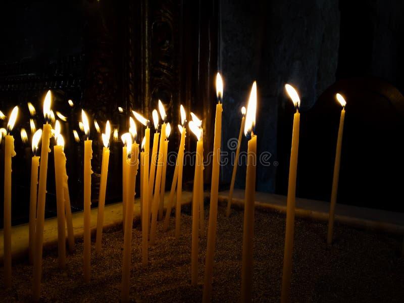 Belichtete brennende Kerzen im Tempel und im churce stockfotografie
