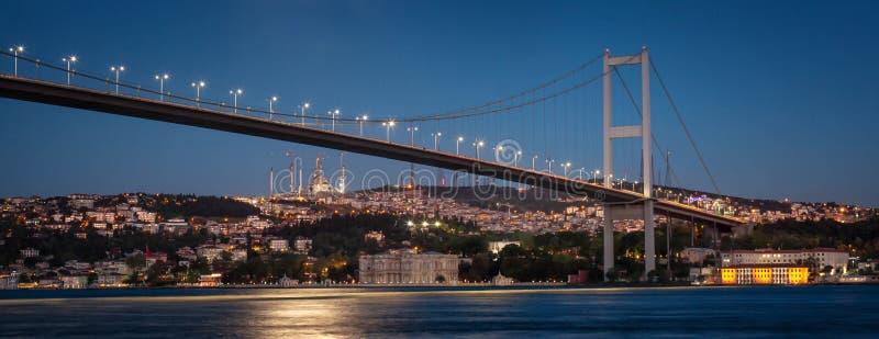 Belichtete erste Bosphorus-Brücke stockbild