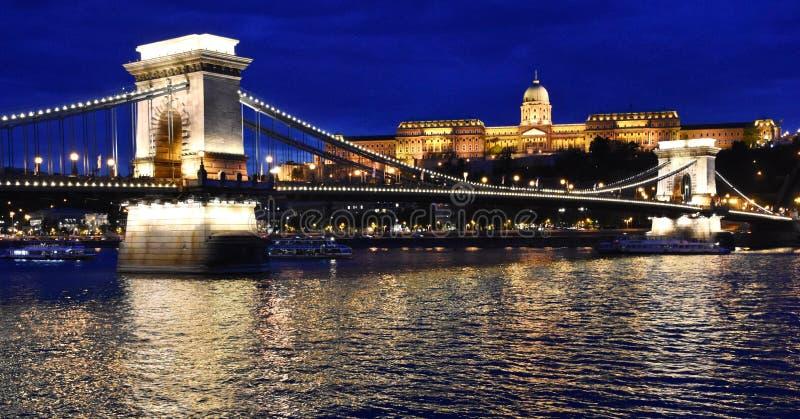 Belichtete Hängebrücke und nationale Galerie nachts in Budapest lizenzfreie stockbilder