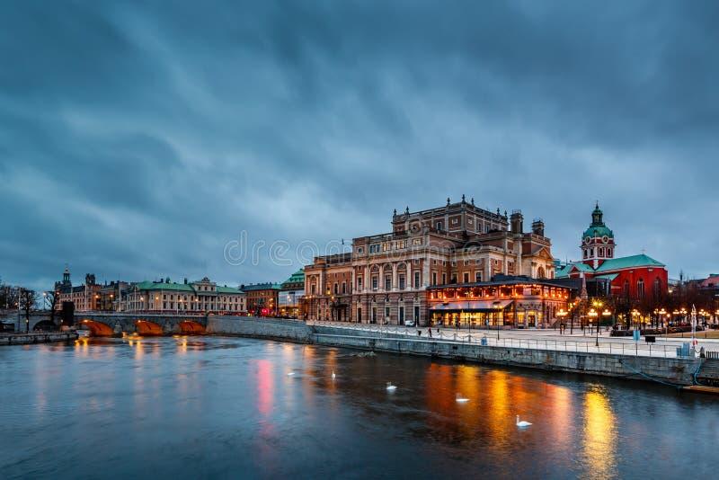 Belichtete königliche Oper Stockholms am Abend lizenzfreies stockbild