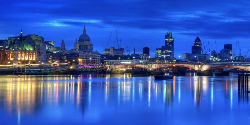 Belichtete London-Skyline lizenzfreies stockfoto