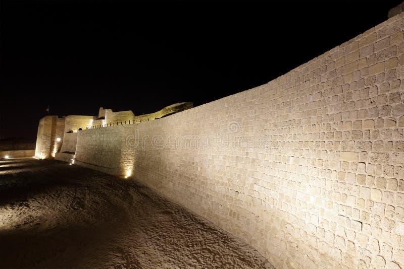 Belichtete südliche Wand mit Burggraben von Bahrain-Fort stockbilder