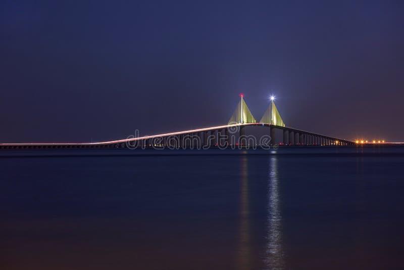 Belichtete Sonnenschein Skyway-Brücke nachts, in voller Länge lizenzfreies stockbild