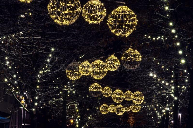 Belichtete Straßen auf Weihnachten lizenzfreie stockfotografie