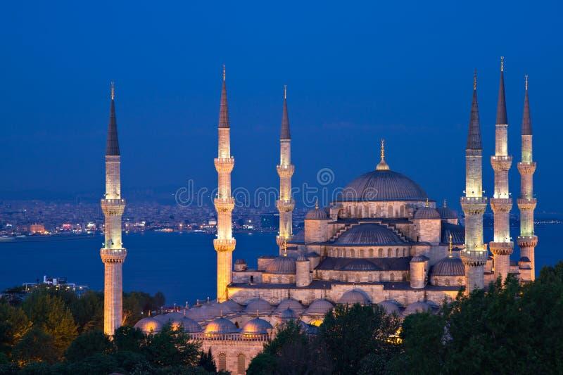 Belichtete Sultan-Ahmed-Moschee an der blauen Stunde stockfotos