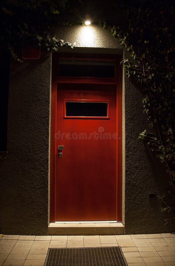 Belichtete Tür nachts lizenzfreies stockfoto
