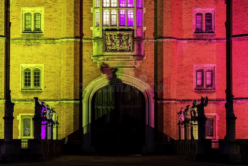 Belichteter Hampton Court Palace bis zum Nacht in Hampton Court, London, Vereinigtes Königreich lizenzfreie stockfotografie