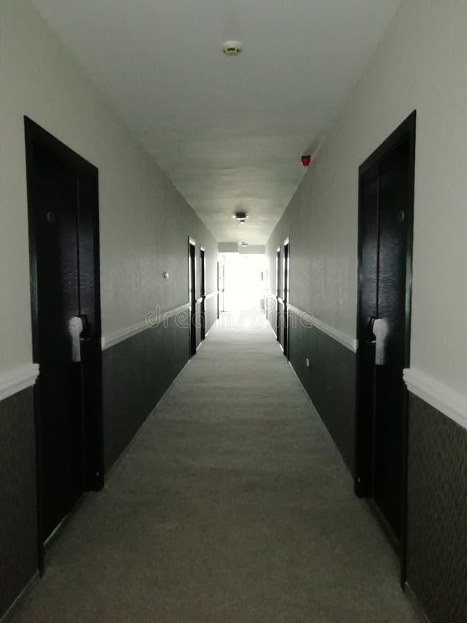 Belichteter Hotelkorridor stockbild