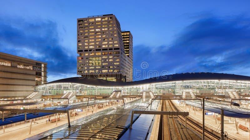 Belichteter Utrecht-Hauptbahnhof in der Dämmerung, die Niederlande lizenzfreie stockbilder