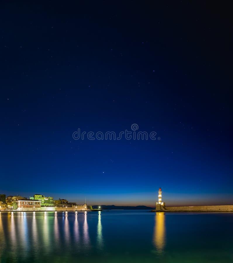 Belichteter venetianischer Hafen und Leuchtturm nachts, Chania, Kreta lizenzfreie stockfotografie