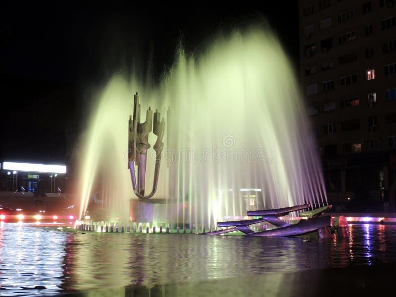 Belichteter Wasser-Brunnen nachts stockbild