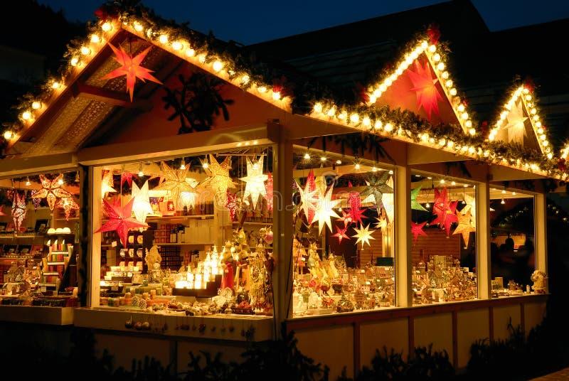 Belichteter Weihnachtsmarktkiosk stockbild