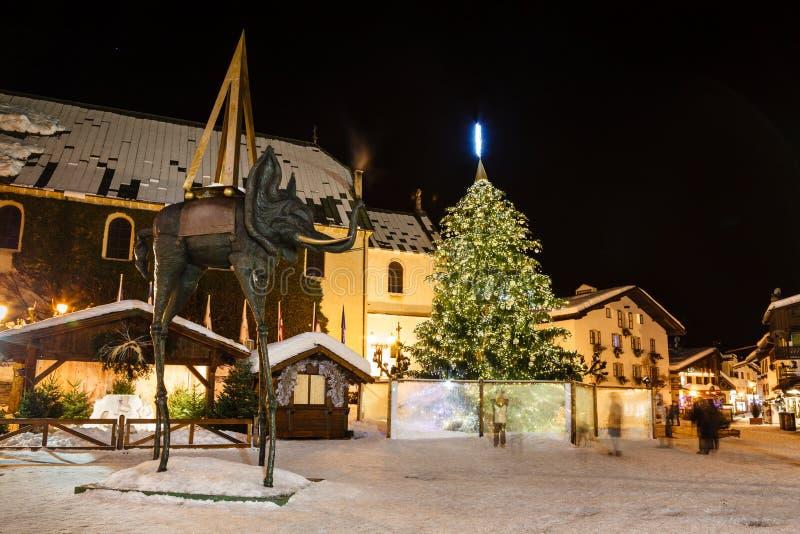 Belichteter zentraler Platz von Megeve auf Weihnachtsabend stockbild