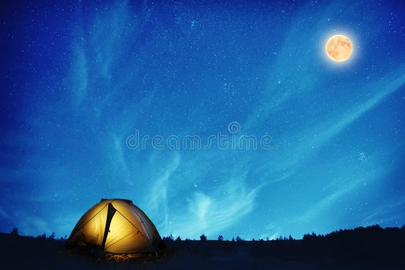 Belichtetes Campingzelt nachts stockbilder