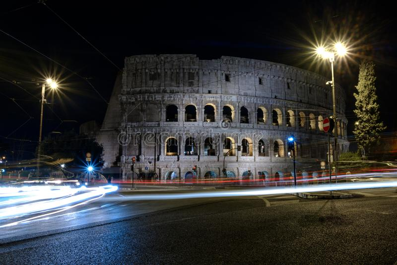 Belichtetes Colosseum in Rom nachts stockfotos